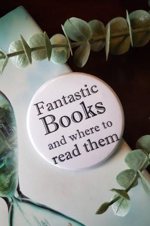 Der Clubbutton des Buchclubs auf dem Buch Immerwelt und ein Zweig Eukalyptus. Foto: Lilli/geek's Antiques