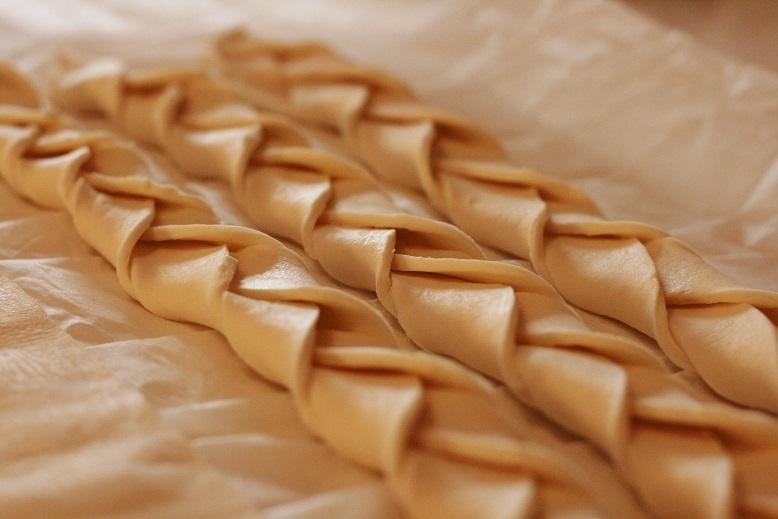 Drei Reihen geflochtenes Teigband für den Apfelstrudel von Queenie aus Phantastische Tierwesen. Foto: Lilli/geek's Antiques