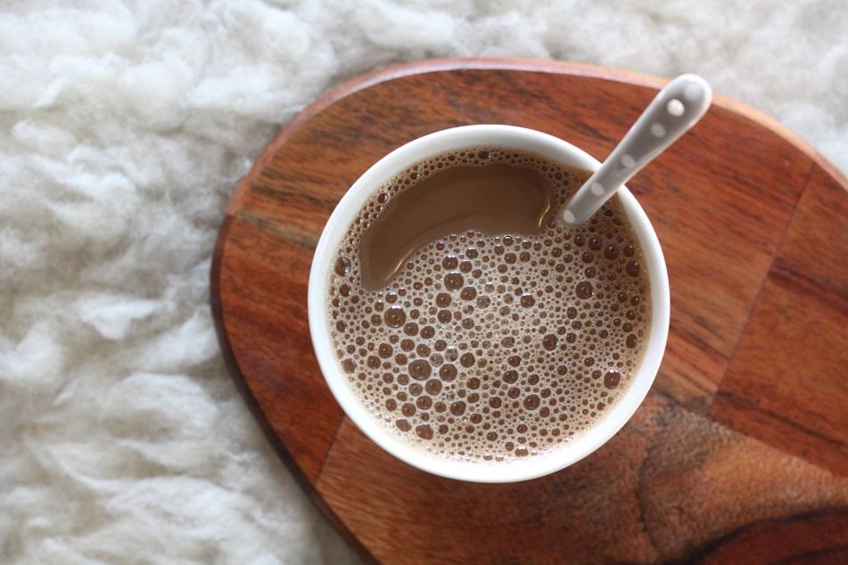 Eine Tasse Kaffee auf einem Holztablett. Foto: Lilli/geek's Antiques
