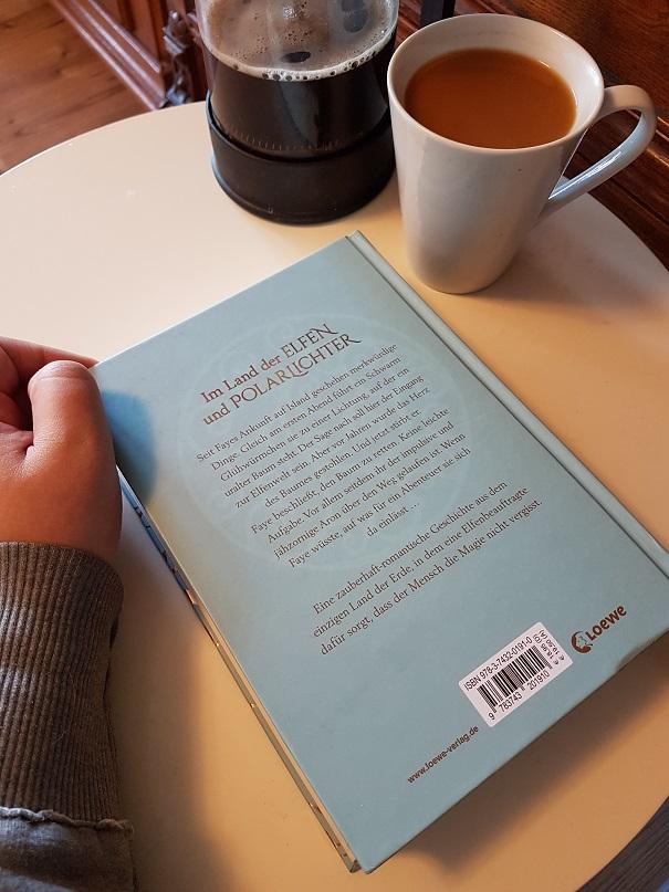 Das Buch Faye von Katharina Herzog, eine Tasse Kaffee und eine French Press. Foto: Lilli/geek's Antiques