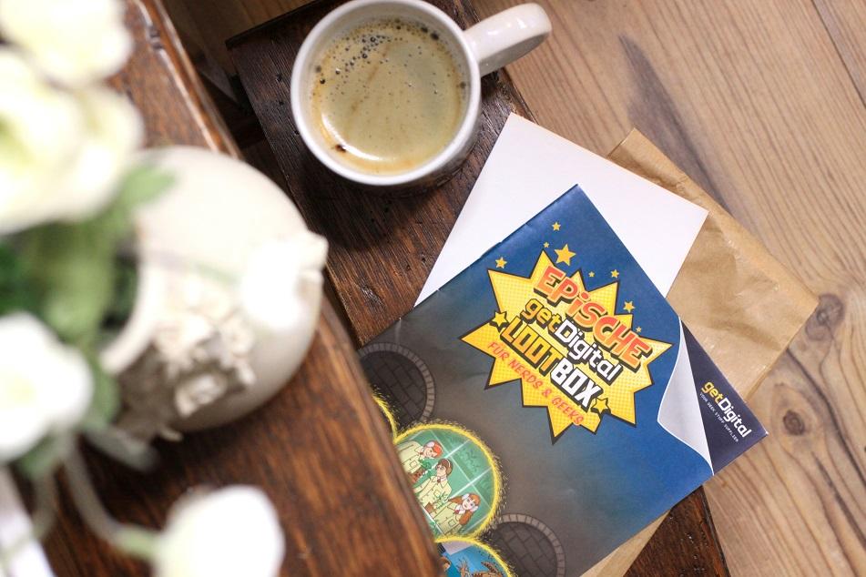 Eine Tasse Kaffee und das getDigital-Infoheft. Foto: Lilli/geek's Antiques