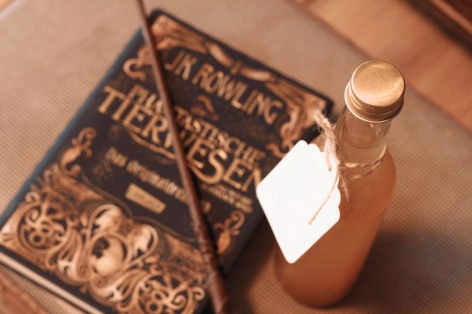 Drei Flaschen mit fantastischem Giggelwasser. Foto: Lilli/geek's Antiques
