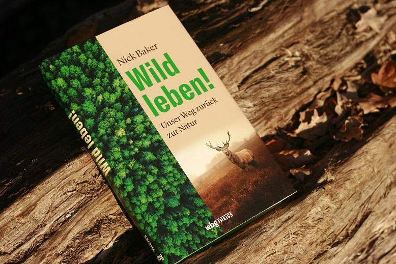 Das Buch Wild leben! von Nick Baker auf einem Baumstamm. Foto: geek's Antiques/Lilli