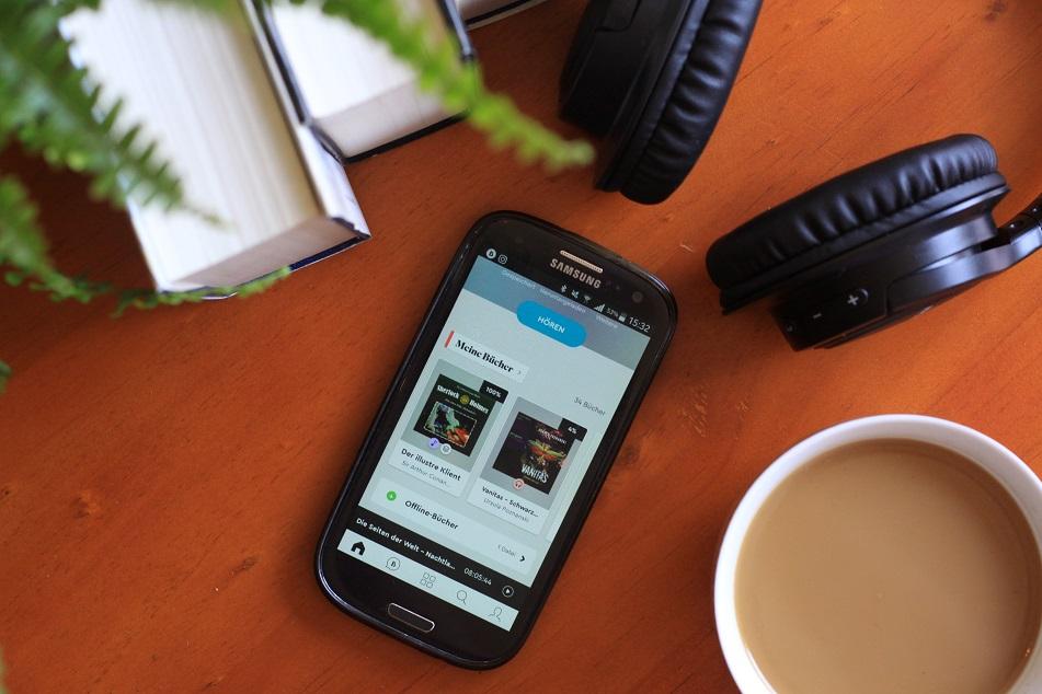Ein Smartphone, Kopfhörer und eine Tasse Kaffee. Foto: Lilli/geek's Antiques