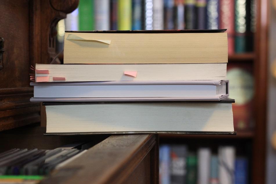 Ein Stapel Bücher auf einer Schublade. Foto: Lilli/geek's Antiques