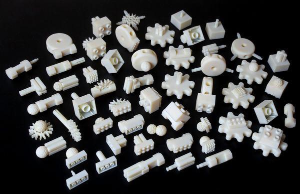 Free Universal Construction Kit para ensamblar piezas de varios juegos de construcción como LEGO, Duplo y otros