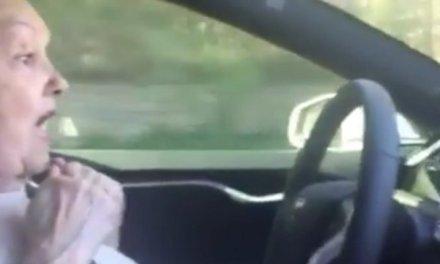 Abuela por primera vez usa el Autopilot de un Tesla y se asusta un poco….. bueno, más que un poco