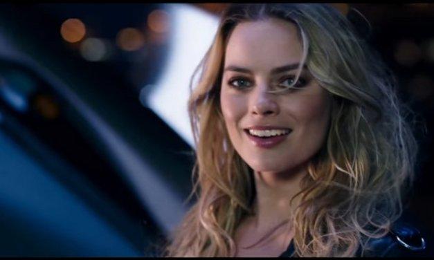 La actriz Margot Robbie prueba el concepto de vehículo eléctrico Nissan Bladeglider en Mónaco