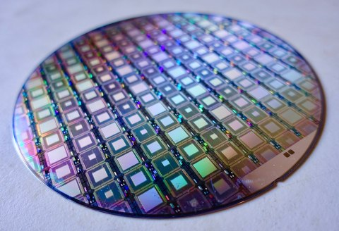 1200px-A_Wafer_of_the_Latest_D-Wave_Quantum_Computers_39188583425-480x328 【半導体】TSMC、車載半導体さらに値上げへ 価格決定権シフト