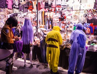Cosplayers shopping - ComicCon Gamex 2015
