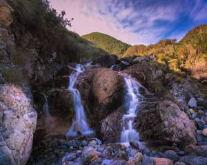 ITS A PRETTY EPIC PHOTO OF A MINI WATERFALL AND A MOUNTAIN IN TASMANIA