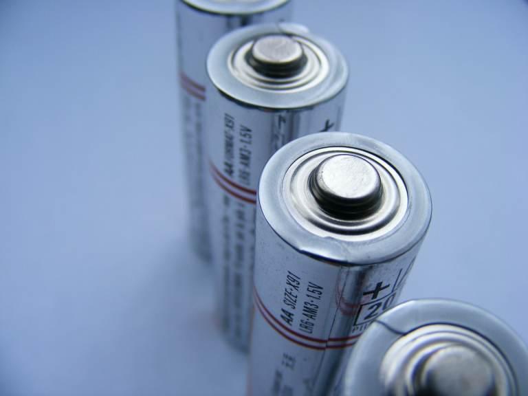 Wie unterscheidet man zwischen Batterien und Zellen beim Versand?