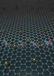 Dinámica de un electrón propagándose en grafeno con adatamos de oro. Las flechas azul y roja ilustran la rotación entrelazada entre espín y pseudospin.  Stephan Roche (ICREA & ICN2)