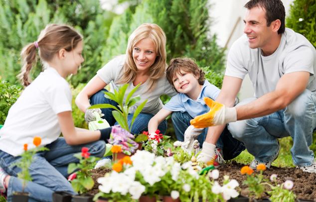 Gartenarbeit mit der Familie
