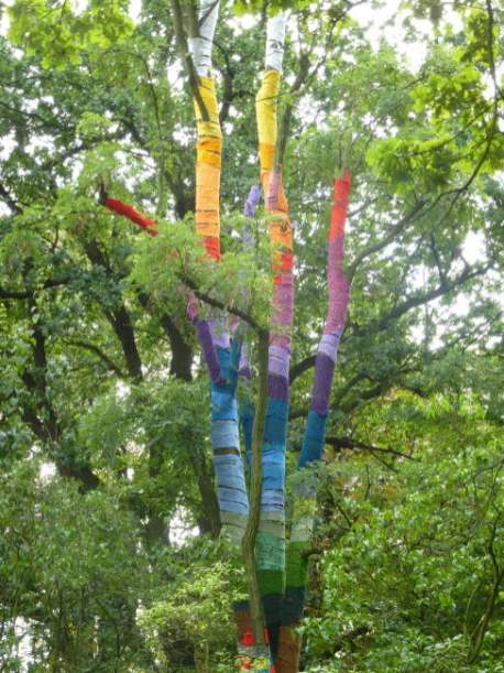Bunter Baum beim KAOS