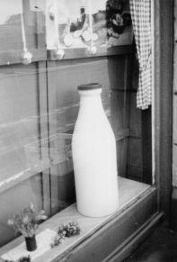 Milchflasche im Täubchenweg, 1980er Jahre