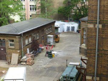 Apsis (rechts am Gebäude) von außen
