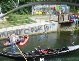 Eine Schaukel am Kanal