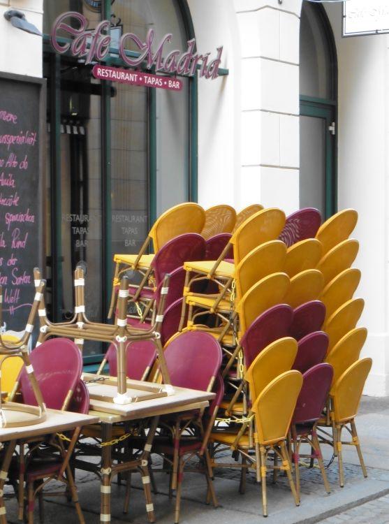 Stuhlstapel vorm Café Madrid