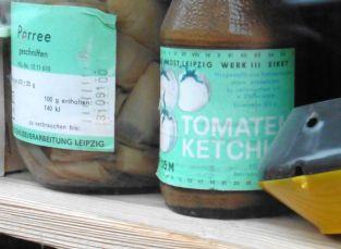 Links: Porree aus dem VEB Obst- und Gemüseverarbeitung