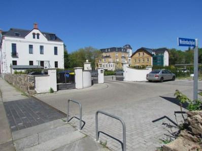 Die Villen des Chefs und das Eingangsgebäude (links)