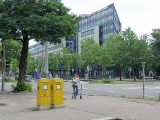 Ostplatz-Arkaden, rechts hinten: Eingang zum Friedenspark