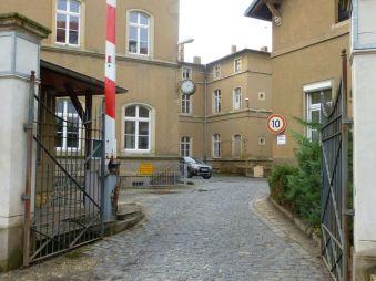 Beschrankter Eingangsbereich in der Gustav-Kühn-Straße