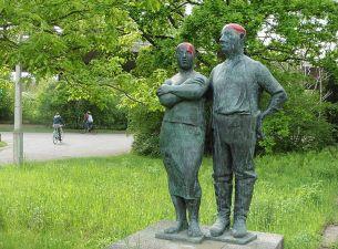 Älteres Paar nahe der Parkgaststätte