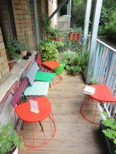 Im Café Oink auf dem Balkon