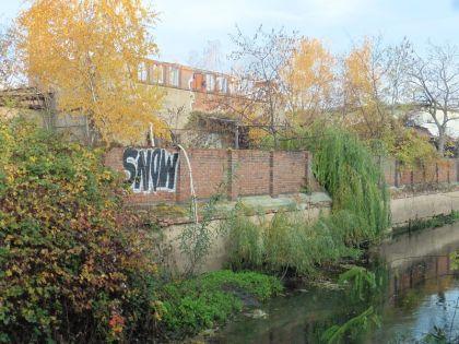 Links vom Fluss: Rückseite der Rackwitzer Straße