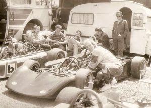 Im Fahrerlager, Henry hinten links