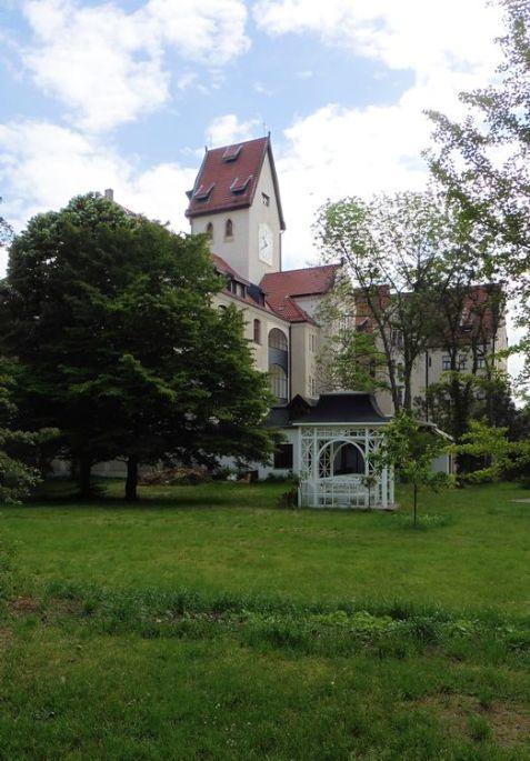 Blick vom Garten der Kirche zum Rathaus