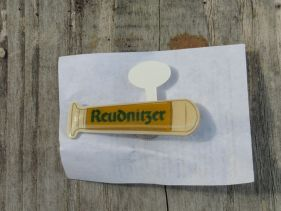 Reudnitzer-Anstecknadel in Form eines Glases