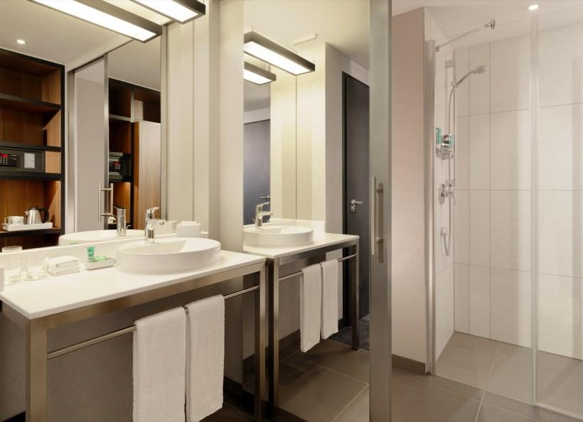 Aloft_Stuttgart_Spacious Bathroom@2015 Starwood Hotels und Resorts Worldwide