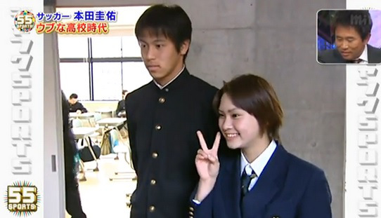 敵のマネージャーを落としてしまう本田圭佑。
