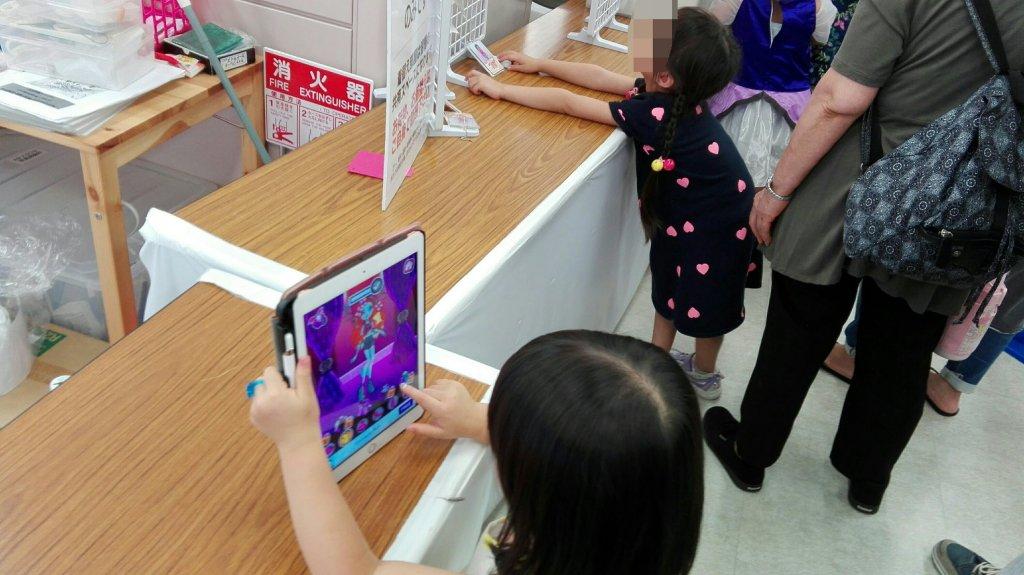 プリキュアイベントの行列でipadを使って子供の気を紛らわせる