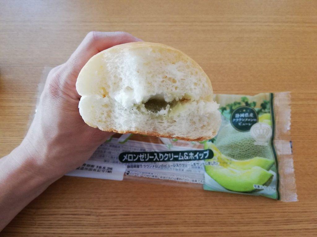 ヤマザキコッペパン「メロンゼリー入りクリーム&ホイップ」の断面