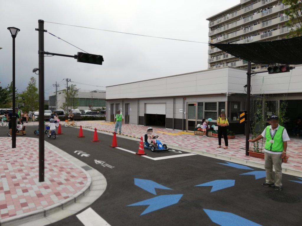 江戸川区東部交通公園でカートに乗る子供