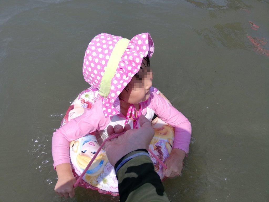 浮き輪に乗って波に揺られるだけで楽しいらしい