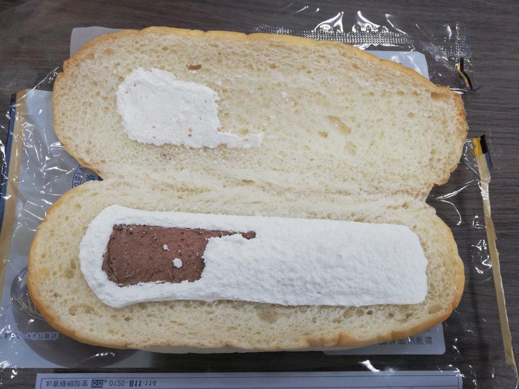 ヤマザキコッペパン「クランチチョコクリーム&ミルクホイップ」の中身