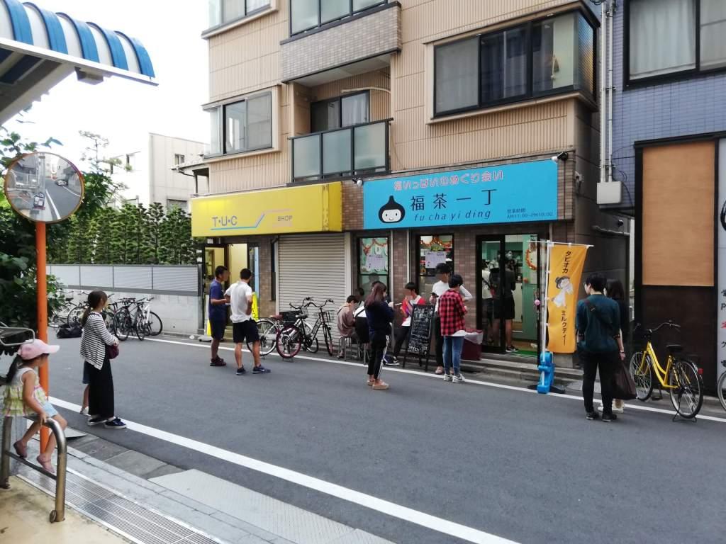 一之江の福茶一丁にタピオカドリンクを買いに来る人たち。