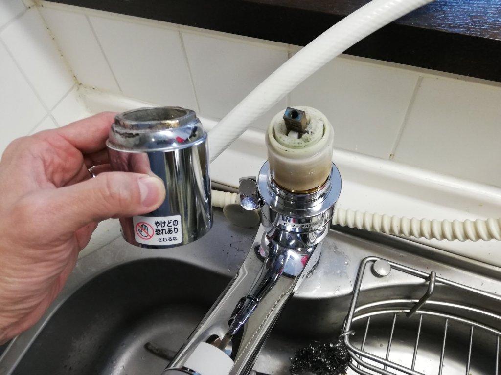 カバーナットが外れたキッチンの水栓