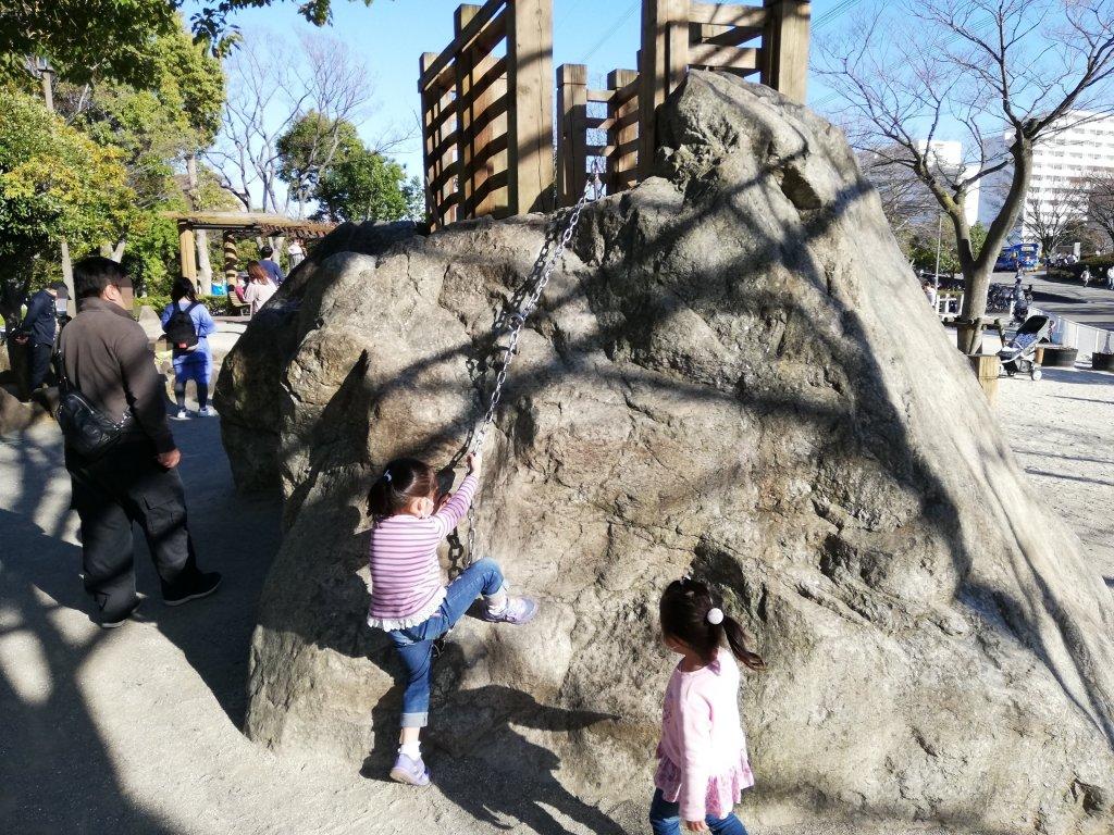江戸川区葛西の富士公園の滑り台はロッククライミング風