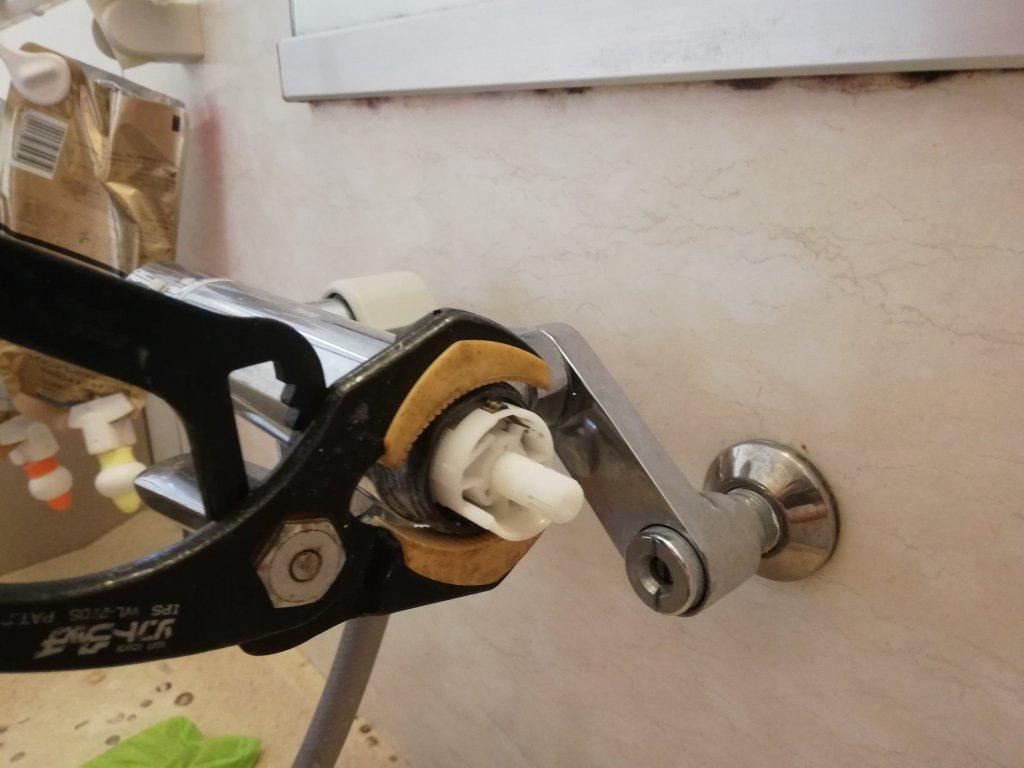 ウォーターポンププライヤーソフトタッチで壁付水栓のナットを外す