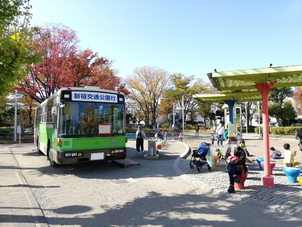 葛飾区の新宿交通公園のバスと遊具