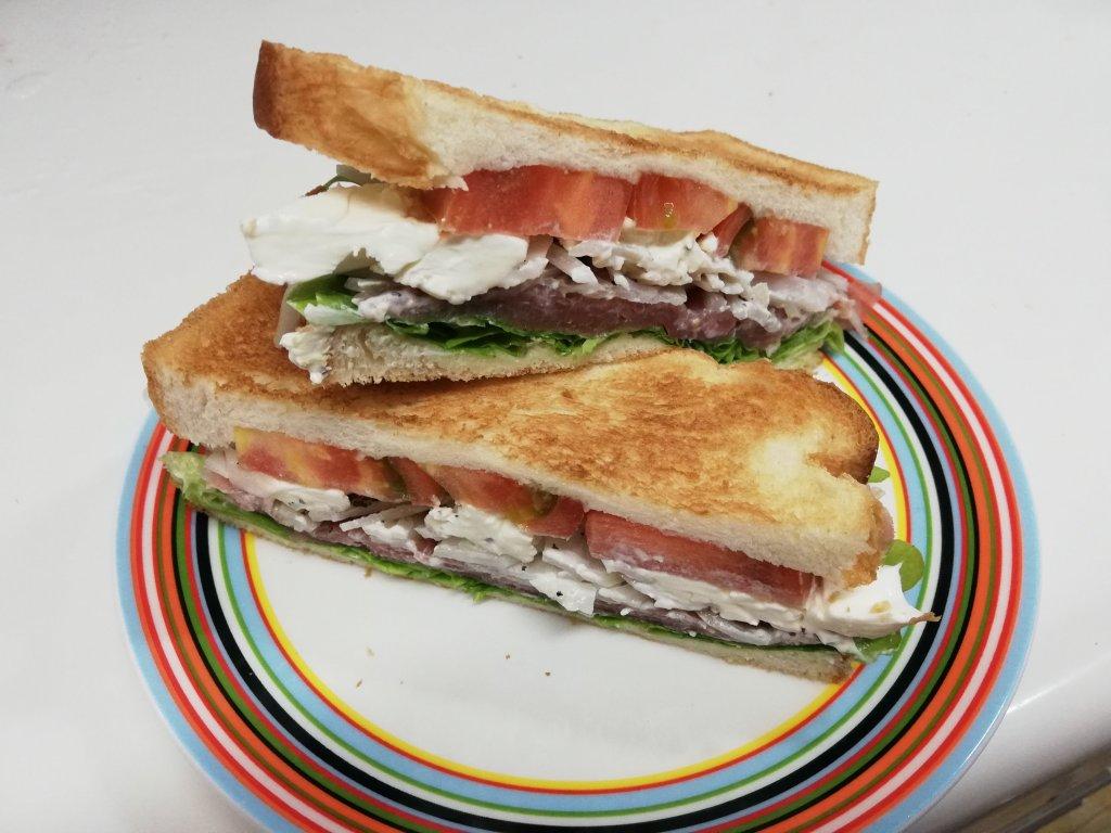 業務スーパー食材で作ったサンドイッチ