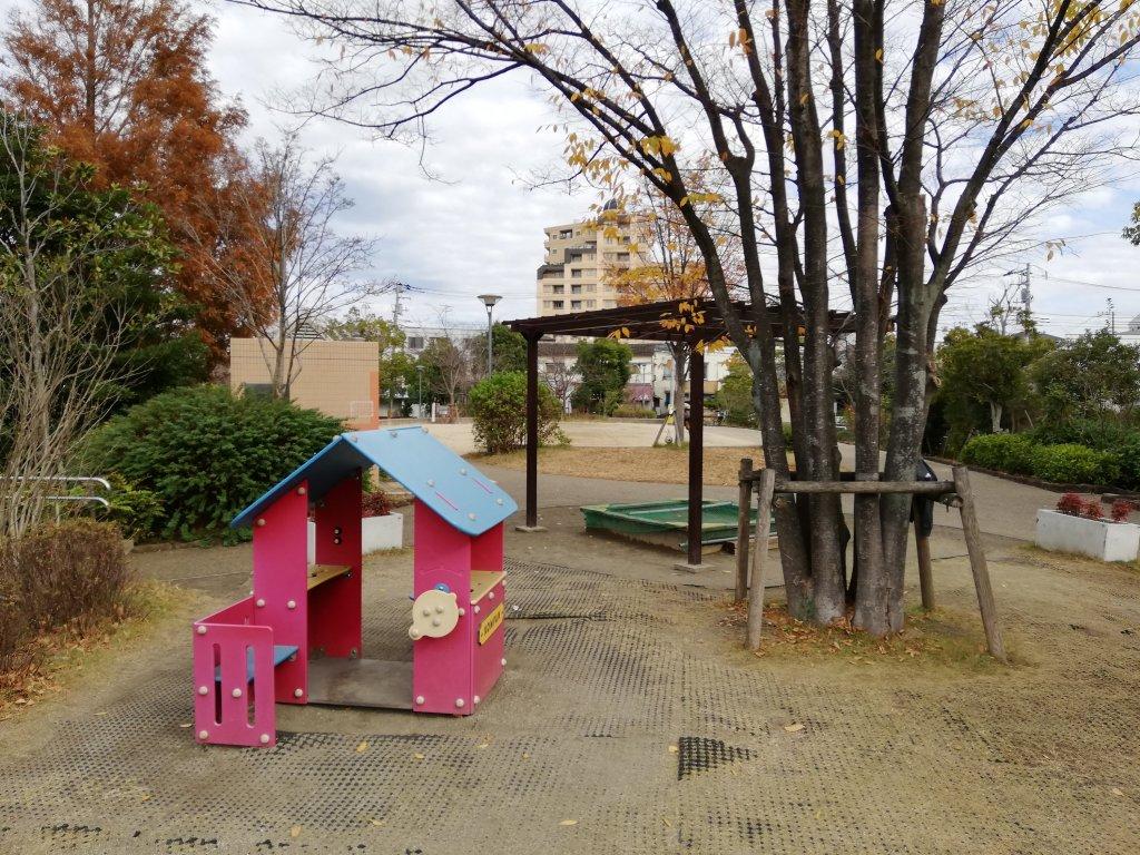 下鎌田東公園の家の形をした遊具