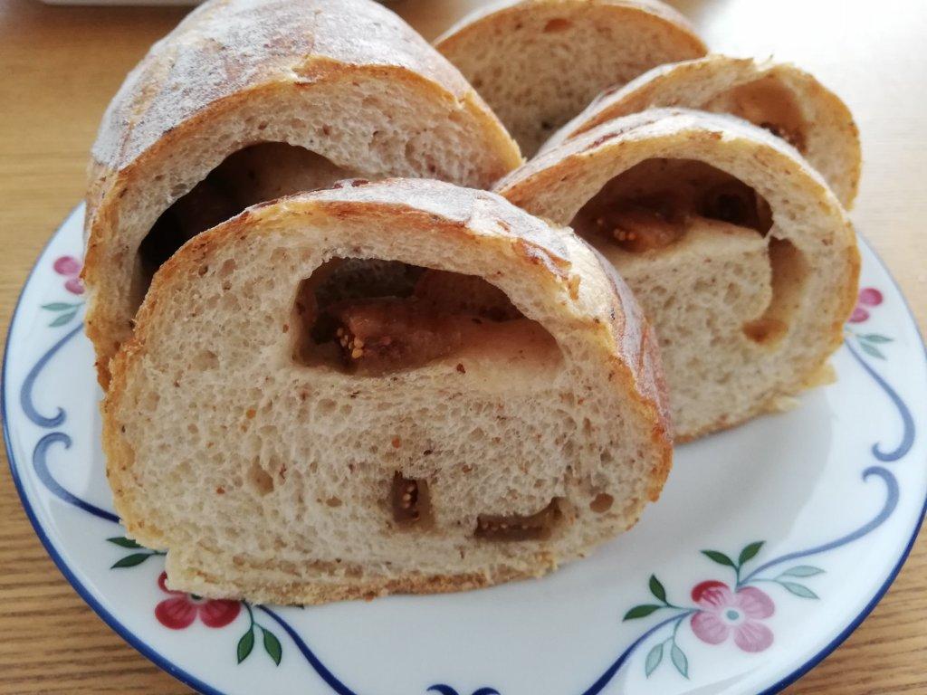 Panificio Pane(パニフィシオ パーネ)のいちじくパンをスライスした