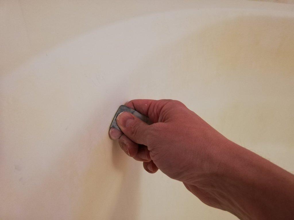 耐水ペーパーで浴槽壁面の赤いシミや黒ずみを削る
