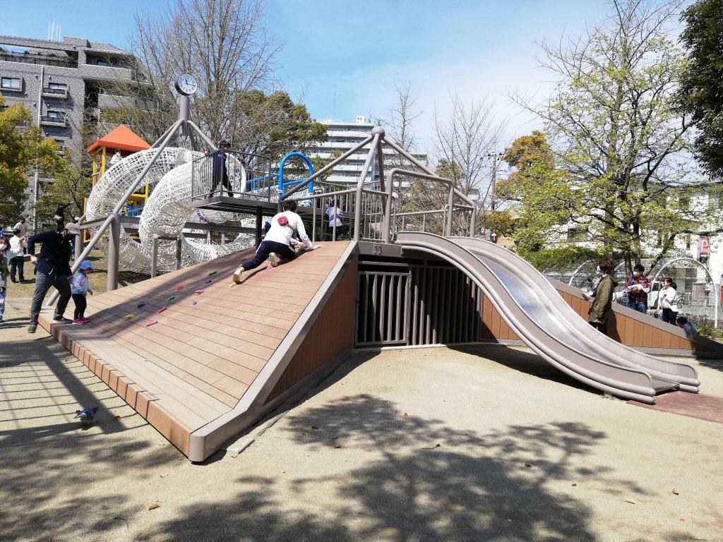 宇喜田さくら公園のボルダリングと滑り台